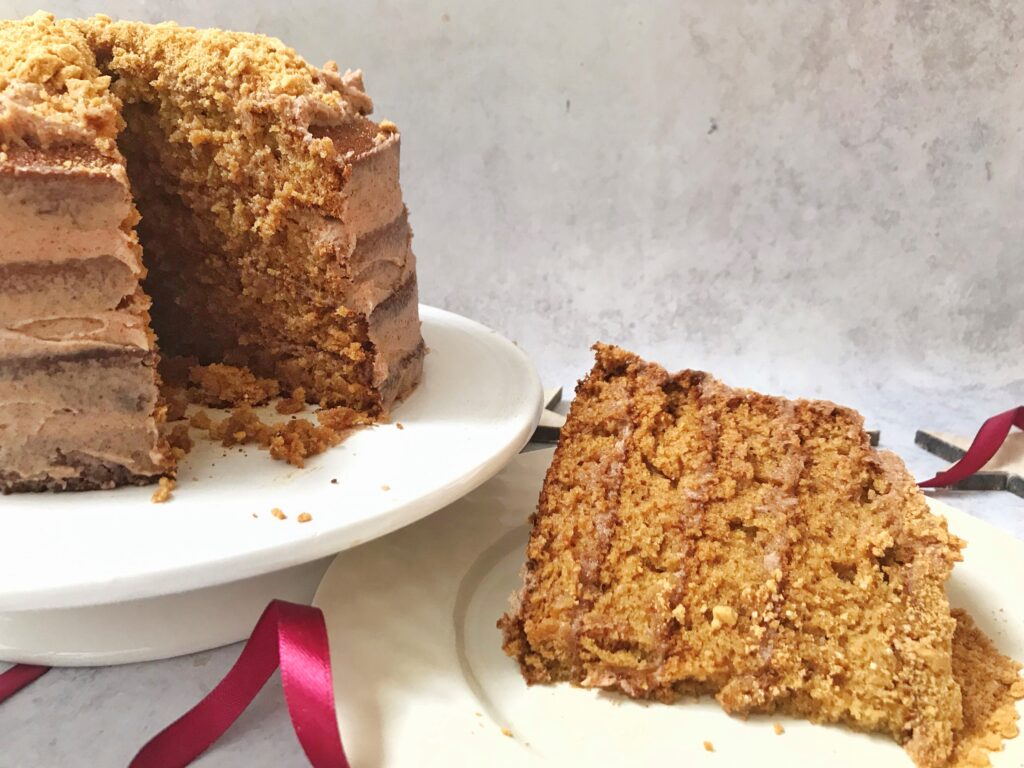 Easy Recipe: Sticky Ginger Sponge Cake with Cinnamon Frosting